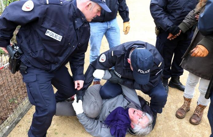 La police, main sur la gâchette, maîtrise une redoutable terroriste